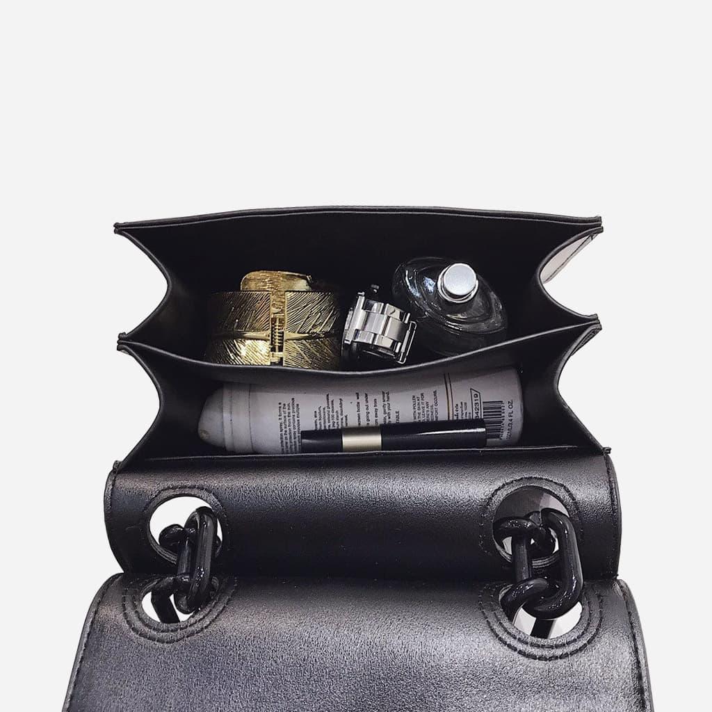 Intérieur du sac besace bandoulière à chaîne noire.