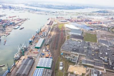 luchtfoto spoorlijnen aan kade antwerpse haven