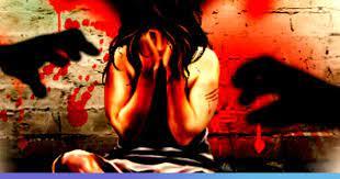 शर्मनाक: यूपी में पंचायत ने दुष्कर्म पीड़िता से कहा- आरोपी को 5 चप्पल मारो और 50 हजार रुपये लेकर मामला निपटाओ