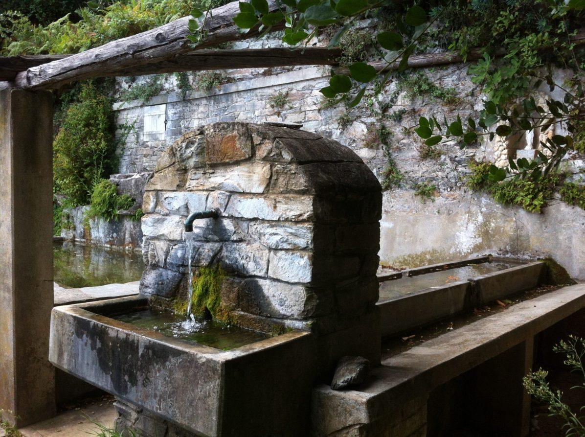 Sacré Cap Corse - Fontaine et lavoir au hameau de Carbunaccia de Cagnano
