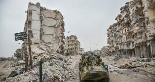 قوات روسية وسط الدمار في مدينة حلب - انترنت