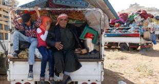 لاجئون سوريون يستعدون للعودة من بلدة عرسال إلى سوريا - رويترز