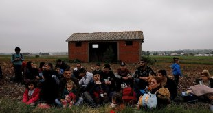 مهاجرون بعد عبورهم نهر إيفروس رويترز