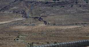 سوريون فروا إلى السياج الحدودي على هضبة الجولان المحتلة