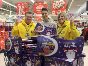 mahdlo-facilities-manager-steve-aspinall-tesco-chadderton-store-manager-marie-toora-and-lucy-kershaw-youth-work-manager-with-the-gift-cards-and-selection-boxes