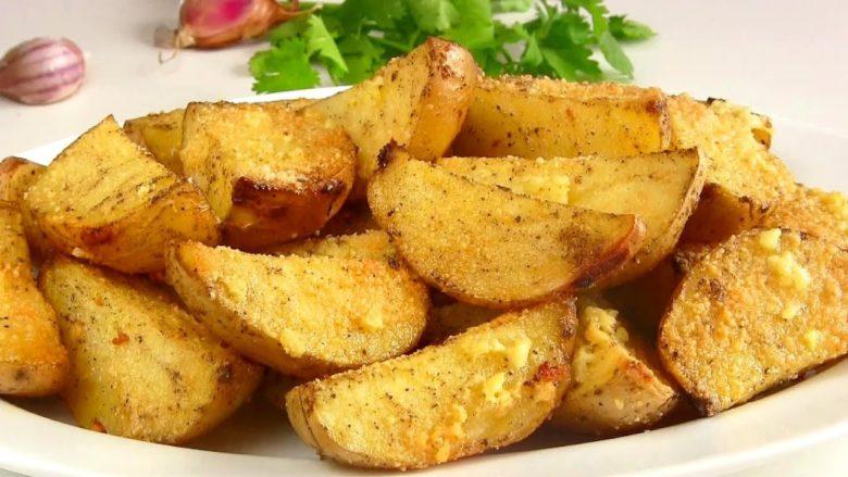 Сарымсақпен картоп кесектері ет үшін керемет гарнир болады