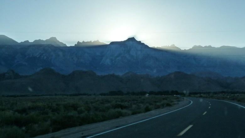 Mit dem letzten Sonnenstrahl erreichen wir Lone Pine am Fuß der Sierra Nevada