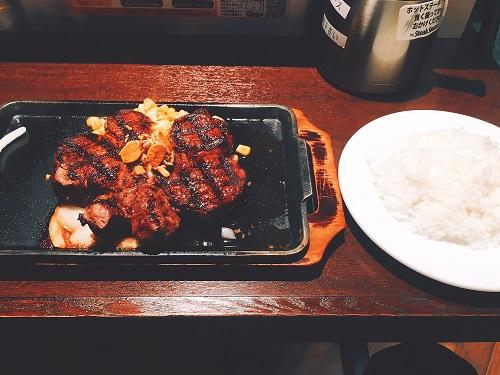 いきなりステーキのヒレ300gとライスの写真