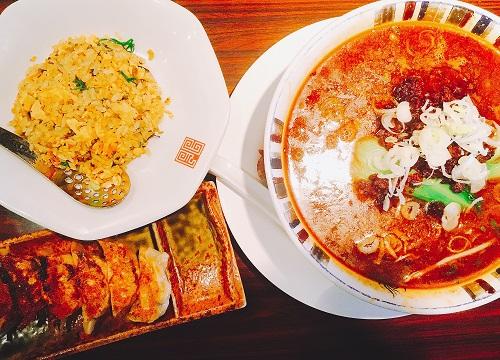 四川拉麺の黒胡麻担担麺と餃子チャーハン