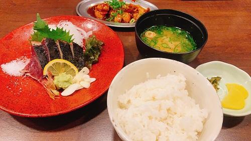 庄やJR高知駅店のカツオタタキ(塩)と牛しろコロホルモン辛味噌炒めとご飯セット