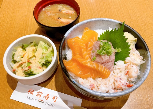 板前寿司 新宿東宝ビル店の豪華三色丼