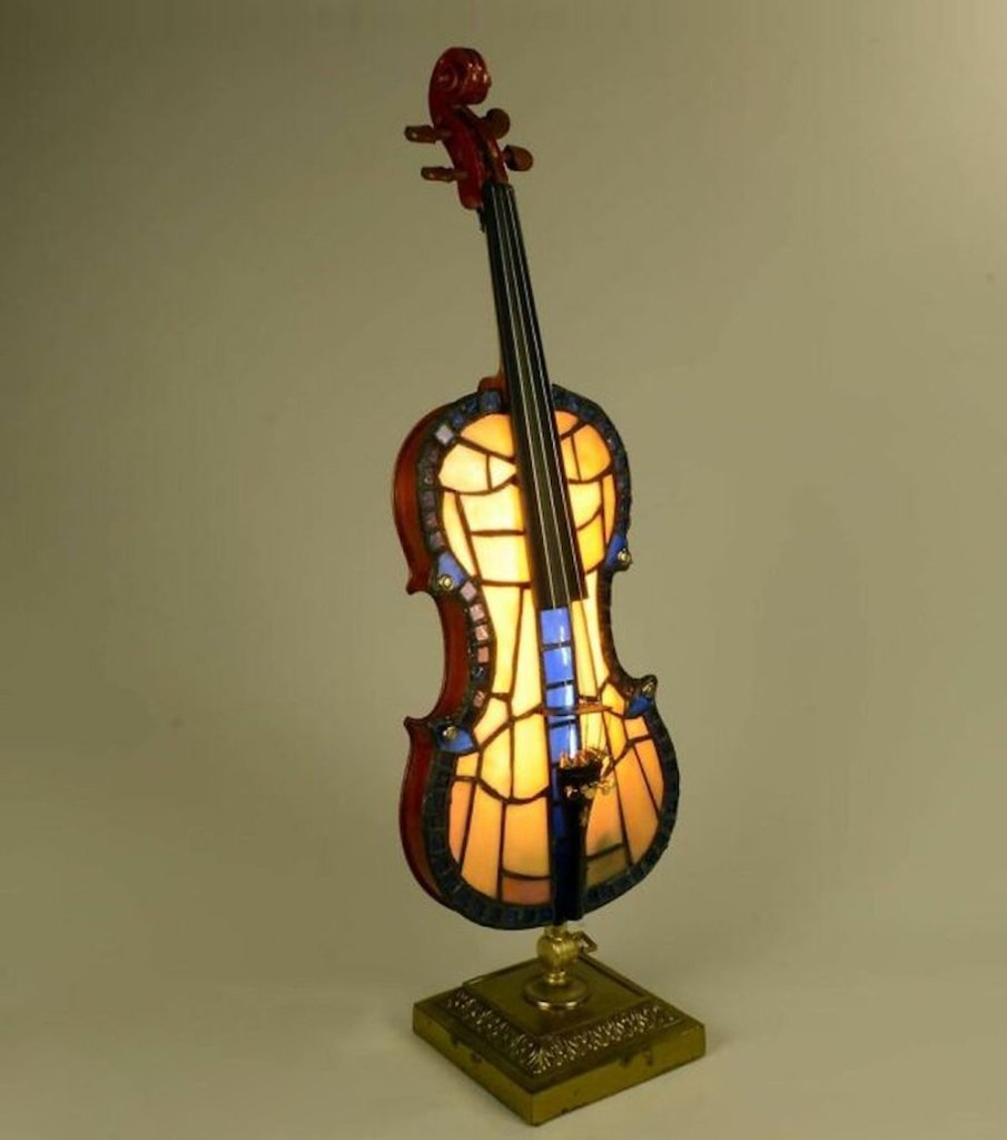 L'artisan Slava Korolev transforme des vieux instruments de musique en lampes créatives