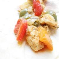 Gebakken kipstukjes met ui en paprika.