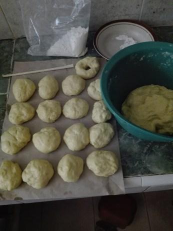 Si bulat, sisa adonan yang antri dibulatin, dan sisa tepung dari 2 kg stok.