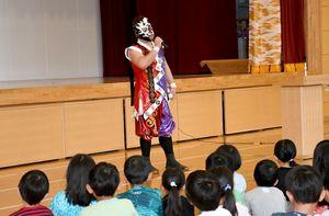 いじめをなくすために必要なこと話す覆面プロレスラーの将火怒選手=佐賀市の新栄小学校