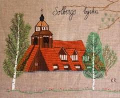"""SOLBERGS KYRKA Kyrkan i Solberg uppfördes 1915 – 17 efter en ritning av stockholmsarkitekten Otar Hökerberg. Han anknöt till byggnadsstilen i de norska stavkyrkorna, men använde också samiska stildrag, bl a det nerdragna taket som i lappkåtorna. Tomten till kyrkobygget donerades av Mo och Domsjö. När kyrkan byggdes pågick första världskriget och det var brist på metaller. Den fick därför inte sin klocka förrän 1920. Altarreliefen gestaltar bibelorden """"Kommen till mig i alle som ären betungade"""". Figurerna symboliserar folk från bygden: skogsarbetare, småbrukare, kvinnor, barn och samer. Reliefen är gjord av träsnidaren Holger Persson från Sollefteå."""