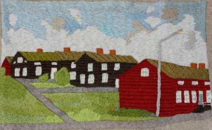 Vilhelmina kyrkstad Kyrkstäder är i huvudsak en norrländsk företeelse som på vissa platser kan ha rötterna ända ner i medeltiden eller 1600-talet. Kyrkstäder var här förr en nödvändighet eftersom socknarna kunde vara enorma till ytan. Vilhelminas kyrkstad uppstod på 1840-talet då ett område på prästbordets mark, strax nedanför Kyrkberget, avsattes för kyrkstadsbebyggelse. Här gick ofta flera bönder samman och uppförde en gemensam stuga där då varje hushåll, eller hemman, fick dispositionsrätt till en eller ett par kammare. Ofta fick de olika kamrarna och stugorna namn beroende på varifrån ägarna kom, exempelvis Råselestugan, Nol-om myr´n-kammaren, Hacksjökammaren o s v. Den stuga som uppfördes sist lär ha byggts på mitten av 1890-talet. Nordost om kyrkstan placerades kyrkstallarna. Ända fram till mitten av 1800-talet fanns det bestämmelser om att man måste infinna sig till vissa gudstjänster, men trots närvarotvång så upplevde nog de flesta kyrkhelgerna som lustfyllda avbrott i den annars ganska så enahanda och arbetsfyllda vardagen. Förutom deltagandet i gudstjänsterna gav vistelsen på kyrkplatsen många tillfällen att få träffa vänner och bekanta, vilka friskt delade med sig av nyheter och skvaller från andra byar och socknar. Mellan kyrkhelgerna skulle kyrkstugorna vara låsta och tillbommade, vilket det fanns stränga regler om. I slutet av 1800-talet kom man emellertid att frångå denna princip och allt oftare började stugorna bebos permanent. Framför allt var det tillresta och egendomslösa som bosatte sig i kyrkstugorna. Detta ledde i sin tur till att olika affärsidkare såg en möjlighet att etablera fasta affärsinrättningar i kyrkstaden. Vilhelmina kyrkplats började förvandlas till ett samhälle. Så kom då den ödesdigra dagen när mer än halva kyrkstaden brann ner till grunden. Det var på morgonen den 5 september 1921 som elden började i en av stugorna söder om Storgatan. I de gamla timmerväggarna fick elden snabbt fäste och spred sig i en rasande fart från hus till