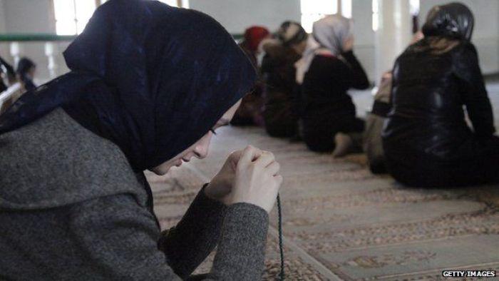 Wanita Muslimah Berdoa