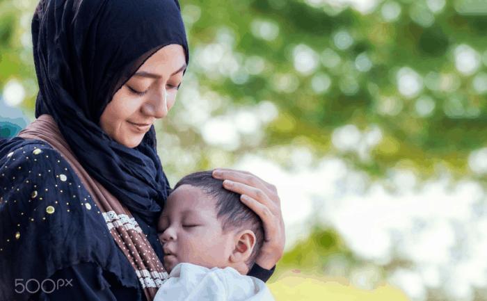Wanita Muslimah Gendong Anak