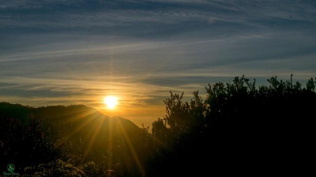 Matahari terbit dilihat dari Lava View di bulan Kasada.
