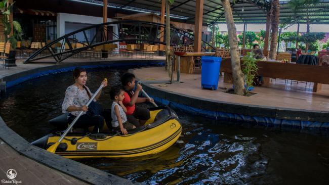 Bermain Perahu di Kampung Coklat