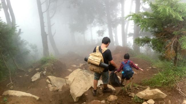 Batu yang Licin Membuat Kami Sempat Terperosok Beberapa Kali Ketika Perjalanan Turun