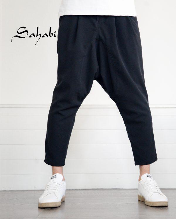Sarouel noir de la marque sahabi avec basket blanche
