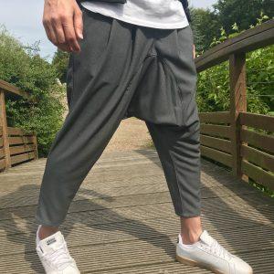 Sarouel gris chiné de la marque sahabi avec basket adidas