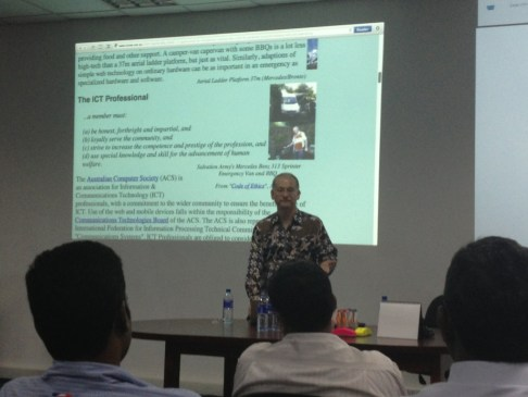 SSF Member Tom Worthington addresses the Sahana Meetup in Colombo