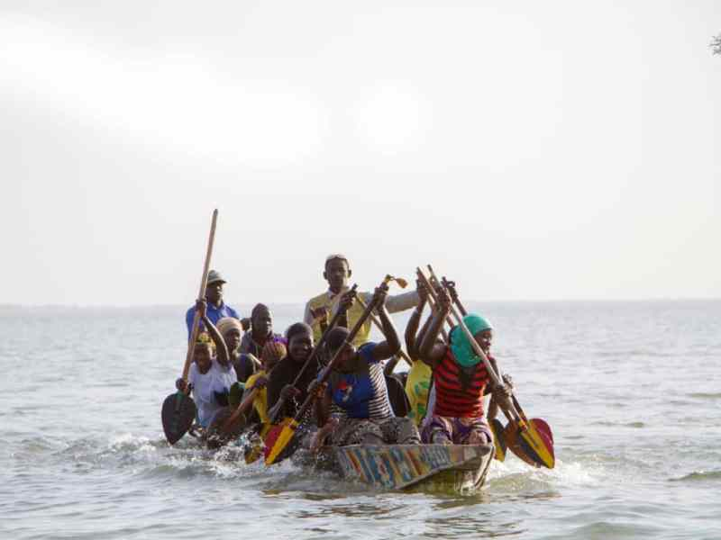 Niafunké, des jeunes femmes remportent la course de pirogues du festival Alkibar