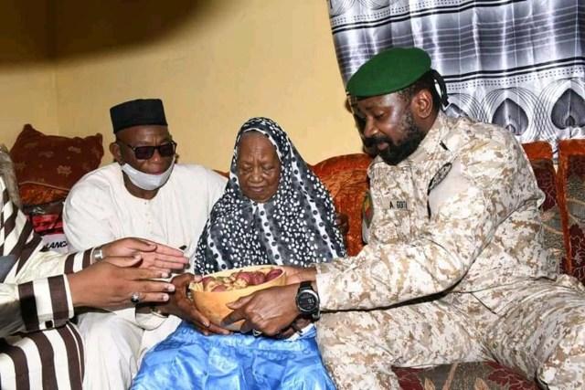 Colonel Goïta donne une calebasse remplie de colas à la doyenne de Bamako