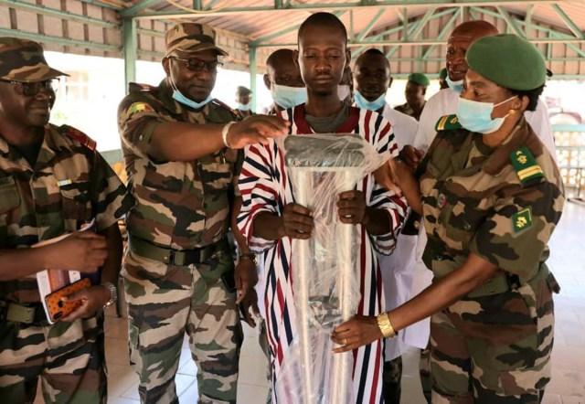 Remise d'une pair de béquille à un blessé de guerre à la Polyclinique des Armées