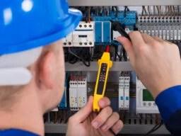 Kaikilla sähkötöitä tekevillä on oltava voimassaoleva sähkötyöturvallisuuskortti.