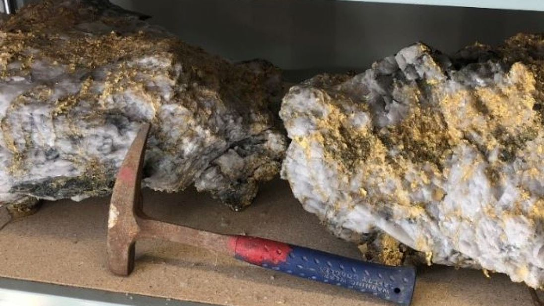 More than 2,400 ounces of gold found on largest rock