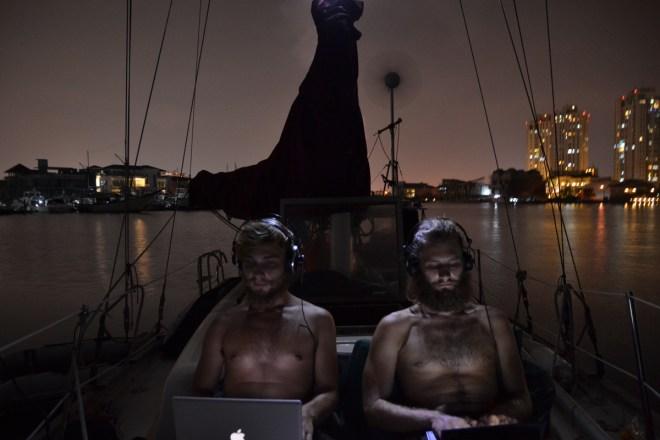 Zwei Seemänner bei der Arbeit