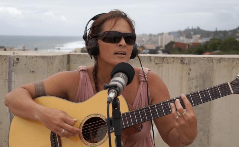 Vocals & Gitarre: Taryn Adamson (Südafrika)