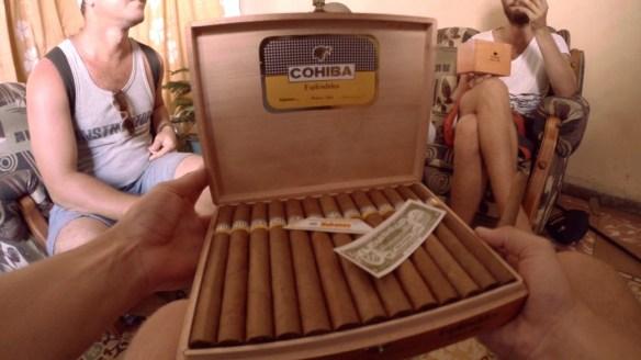 Ah, 25 Cohibas fuer 50 Dollar. Was kosten die so in Deutschland?
