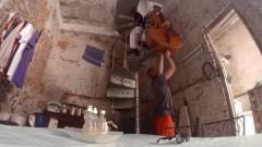 Der Kontrabass wird die Wendeltreppe hinunter bugsiert