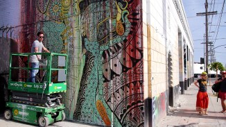 Künstler bearbeiten die Wände von Downtown LA