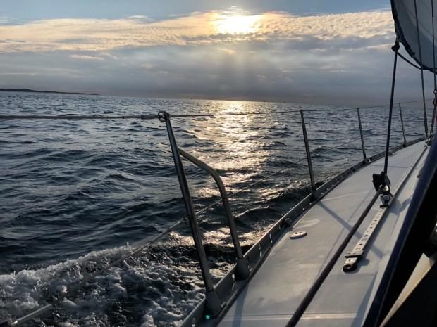 Wereldreis zeilen rond de wereld isis boot varen vertrekkers kinderen