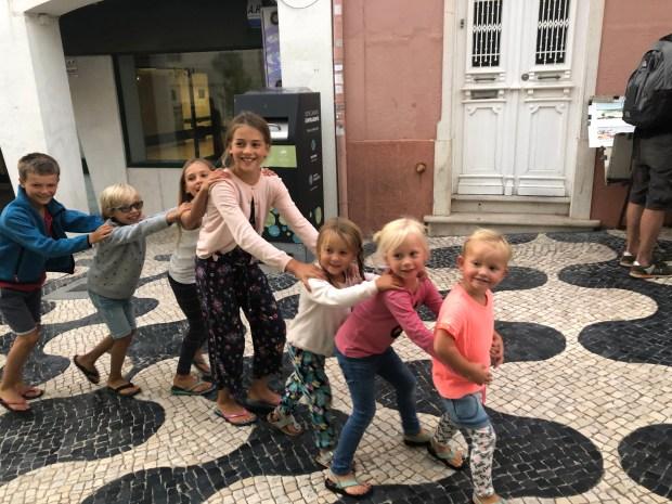 Zeilen varen dolfijnen portugal kinderen rond de wereld atlantische oceaan zee boot zeilboot vertrekkers kinderen marifoon zon mist