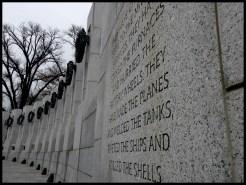 Le mémorial de la Seconde Guerre mondiale. Le World War II Memorial a été inauguré par G.W. Bush en 2004. Chaque stèle représente l'un des 50 Etats des USA (+ les Philippines, étrangement).