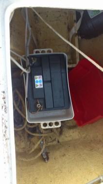 Une batterie branché, testée au multimètre : 0.764v