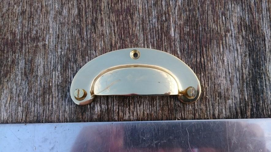 Une poignée pour la porte