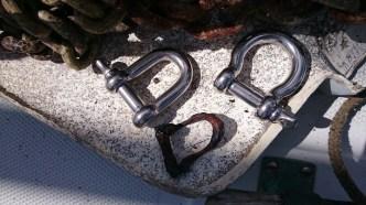Remplacement des manilles de la ligne de mouillage. Le petit machin tout rouillé, c'est ce qui restait de l'ancienne !