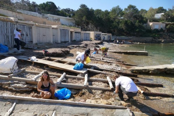 Ibiza Limpia in action: beach clean-up