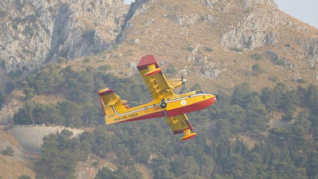 Firebrigade plane pulling up