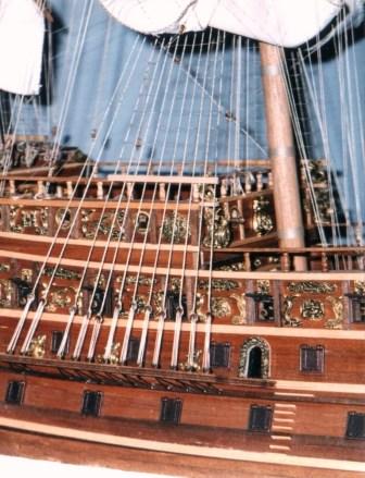 Dettaglio murata di dritta con le sartie e il portale d'accesso - Detail of the starboard bulwark with cordage and door