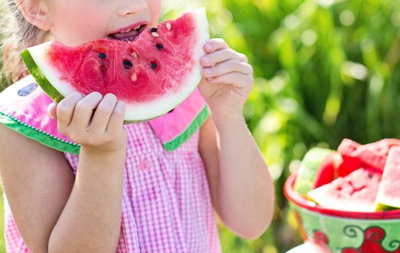 Image Article - Fillette qui mange une pastèque