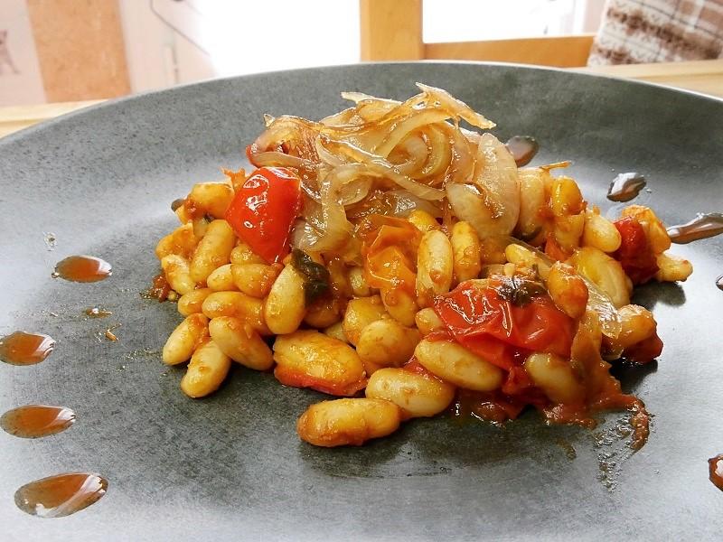 Haricots blancs sautés, tomates cerises & oignons caramélisés au sirop d'érable